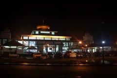 Vista di una moschea alla notte fotografia stock