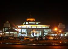 Vista di una moschea alla notte immagini stock