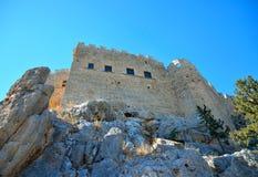Vista di una parete della roccia con le pareti e un castello medievale Immagine Stock