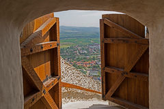 Vista di una parte della città Deva, attraverso le porte aperte della f Fotografia Stock