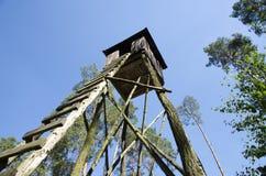 Vista di una posta di legno di caccia in una foresta Immagini Stock Libere da Diritti