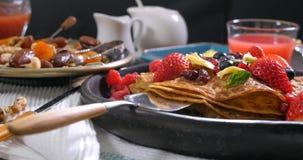 Vista di una prima colazione dei pancake con le bacche ed i frutti asciutti Fotografie Stock