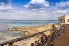 Vista di una spiaggia del lungonmare con i parapetti di legno fotografie stock