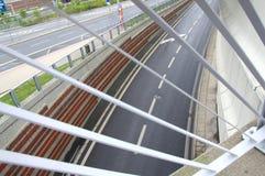 Vista di una strada curvy fuori del tunnel tramite il ponte immagini stock libere da diritti