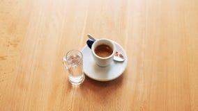 Vista di una tazza di coffe con bicchiere d'acqua su fondo video d archivio