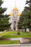 Vista di una tomba di massa dei soldati dell'esercito e della chiesa 62 di tutti i san a Mamayev Kurgan Fotografie Stock Libere da Diritti