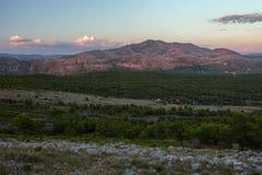 Vista di una valle e delle alpi di Dinaric Immagine Stock