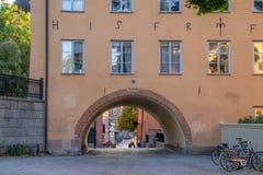 Vista di una viuzza o di un vicolo nella vecchia città della città Upsala, Svezia dell'università immagini stock