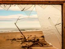 Vista di una zona inquinata abbandonata attraverso una finestra rotta T immagine stock