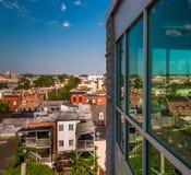 Vista di una zona residenziale in rovina da un parcheggio a Baltimora Immagine Stock