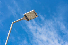Vista di Uprisen della lampada di via sul passaggio pedonale Immagine Stock