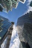Vista di Upword dei grattacieli moderni nella città di Londra Fotografie Stock Libere da Diritti