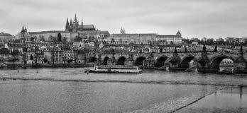 Vista di vecchi Praga, Charles Bridge e st Vitus Cathedral Fotografie Stock Libere da Diritti