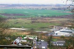 Vista di vecchi prati verdi e di uno stabilimento del cottage Fotografia Stock Libera da Diritti
