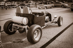vista di vecchia automobile classica classica monocromatica della barretta calda retro Fotografie Stock Libere da Diritti