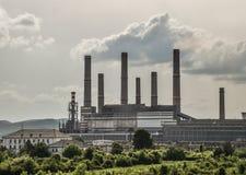 Vista di vecchia centrale elettrica con le grandi fornaci concrete Industria comunista chimica caduta fotografie stock libere da diritti