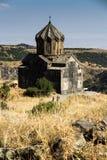 Vista di vecchia chiesa accanto alla fortezza medievale di Amberd dentro Immagini Stock Libere da Diritti