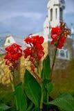 Vista di vecchia chiesa di Saint Sauveur nei precedenti Fotografie Stock Libere da Diritti