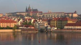 Vista di vecchia città, all'inizio d'aprile mattina Praga, repubblica Ceca video d archivio