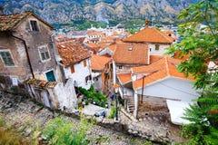 Vista di vecchia città Cattaro, delle cime del tetto e delle mattonelle rosse in baia di Cattaro, Montenegro Immagine Stock Libera da Diritti