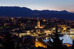 Vista di vecchia città della spaccatura e di là alla notte Fotografia Stock Libera da Diritti