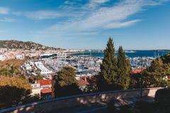 vista di vecchia città europea sulla spiaggia il giorno soleggiato, fotografia stock libera da diritti