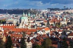 vista di vecchia città di Praga con i tetti piastrellati praga fotografia stock libera da diritti