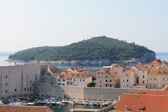 Vista di vecchia città di Ragusa Croazia e l'isola di Lokrum immagine stock