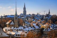 Vista di vecchia parte della città di Berna, della chiesa di Nydeggkirche e della guglia della cattedrale di Bernese Immagine Stock