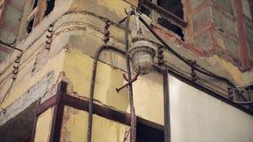 Vista di vecchia torcia elettrica alla parete di costruzione abbandonata senza vetro in finestre Pareti dilapidate stock footage