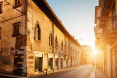 Vista di vecchia via al centro storico di Verona (Italia) all'alba immagine stock