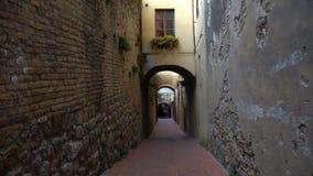Vista di vecchia via italiana vuota archivi video