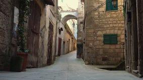 Vista di vecchia via italiana vuota della cittadina stock footage