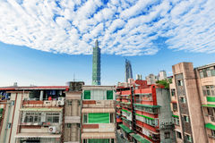 Vista di vecchie costruzioni di appartamento e di Taipei 101 Immagini Stock