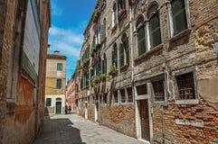 Vista di vecchie costruzioni in un vicolo con cielo blu a Venezia Fotografia Stock Libera da Diritti