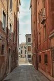 Vista di vecchie costruzioni in un vicolo ed in un ponte a Venezia Fotografia Stock