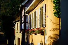 Vista di vecchie finestre con gli otturatori, Andlau, Francia della via Immagini Stock