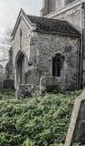 Vista di vecchie lapidi, veduta nel monocromio, in un cimitero ugualmente vecchio fotografia stock libera da diritti