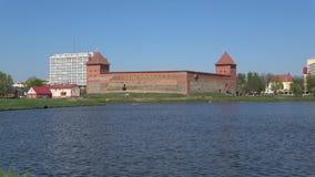 Vista di vecchio castello di Lida, giorno di Sunny April Lida, Bielorussia video d archivio
