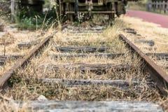 Vista di vecchio e treno abbandonato della linea ferroviaria, in Viseu, il Portogallo immagini stock