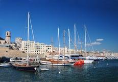 Vista di vecchio porto di Marsiglia con le costruzioni di appartamento moderne e molte barche a vela sopra Immagini Stock