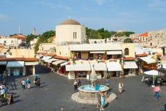 Vista di vecchio quadrato del centro urbano di Rodi Fotografia Stock Libera da Diritti