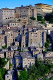 Vista di vecchio villaggio italiano di Sorano in Toscana Immagini Stock