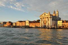 Vista di Venezia dall'acqua fotografie stock