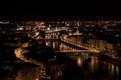 Vista di Verona da Castel San Pietro entro la notte Fotografia Stock