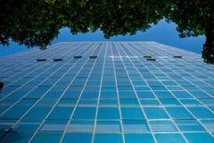 Vista di vetro blu della costruzione di affari immagini stock libere da diritti