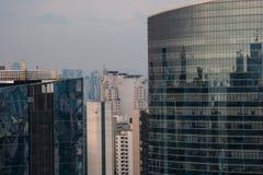 Vista di vetro delle costruzioni di architettura moderna da una torre alta Immagine Stock Libera da Diritti