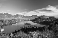 Vista di viaggio sul lago sanguinato da sopra in bianco e nero Fotografie Stock Libere da Diritti