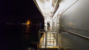 Vista di vista sul mare dal traghetto alla notte stock footage