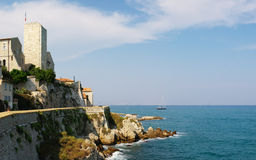 Vista di vista sul mare su vecchia Antibes fotografia stock